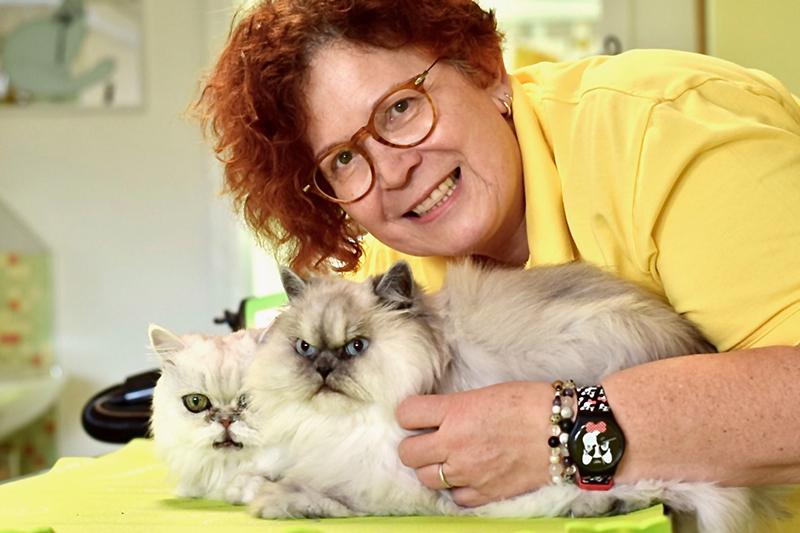 Ingeborg Barkholtz mit zwei Katzen